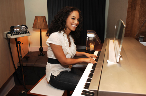 Alicia Keys playing the piano, from yk2daily.net